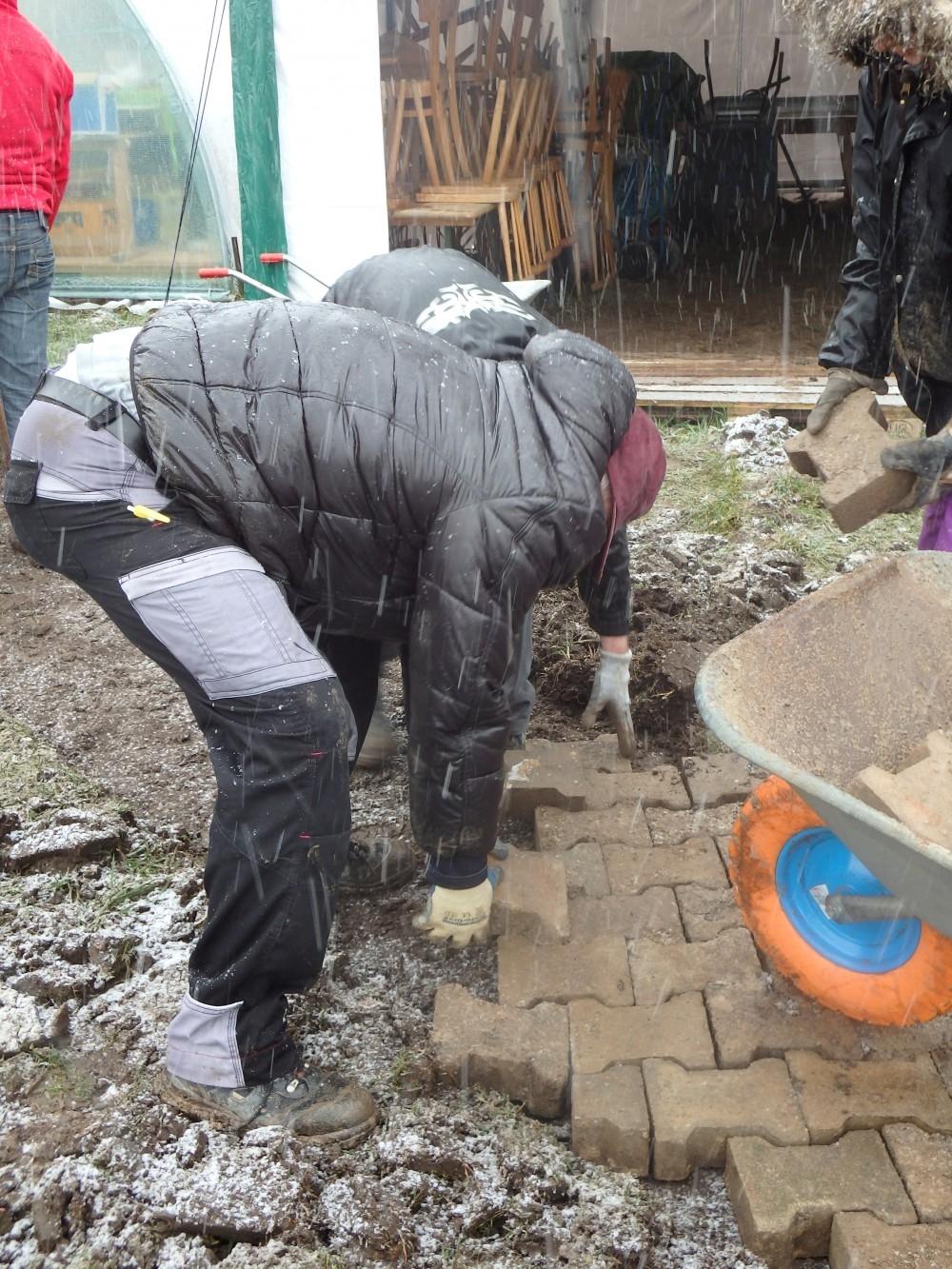 Die Studenten legen einen provisorischen Weg zum Grabungszelt an_23.02.2015