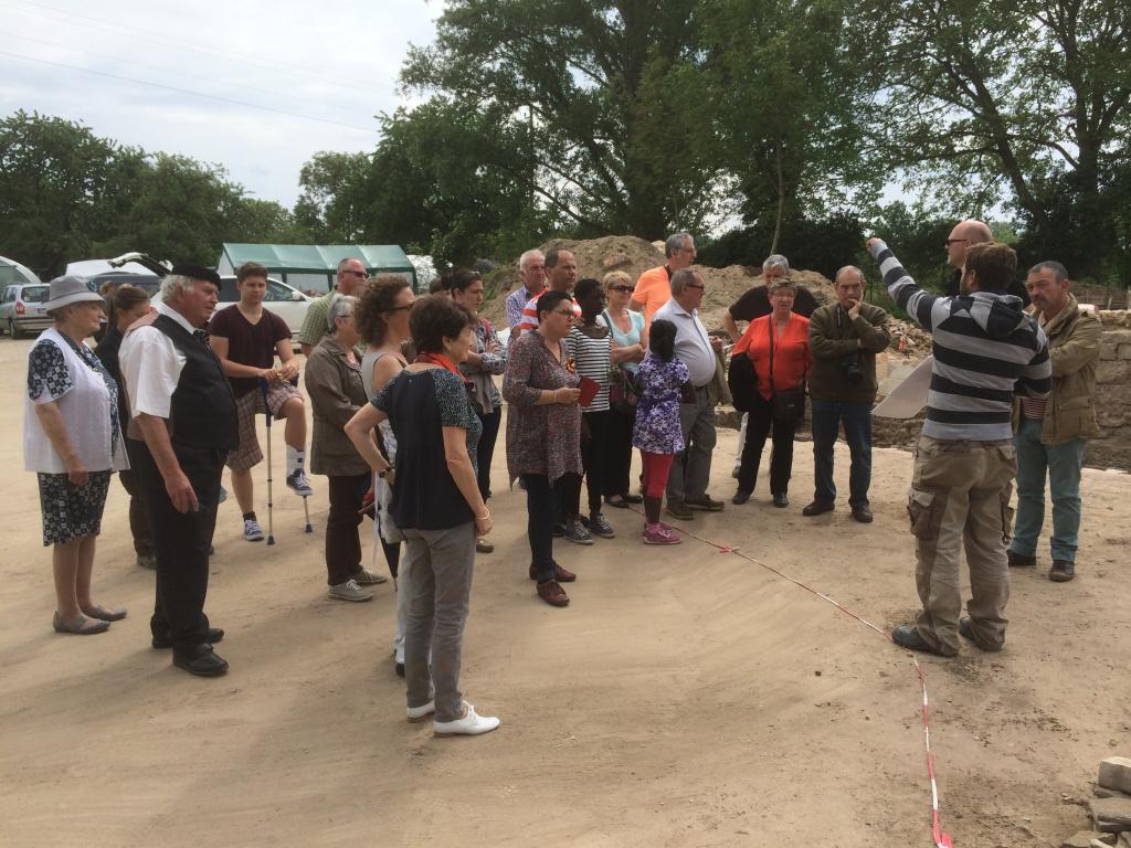 Die Besucher aus Jargeau lauschten gespannt den Ausführungen des Grabungsleiters Justin Schmidt