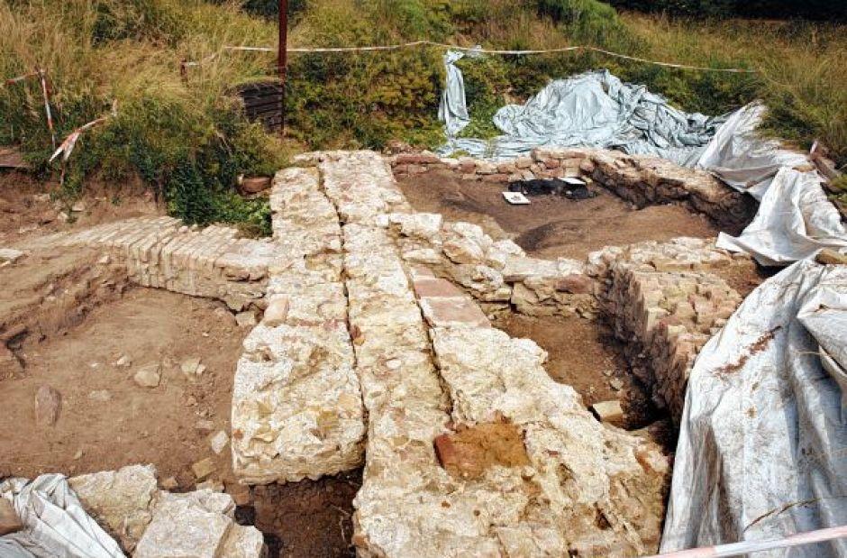 Etwas weiter in der Tiefe erwarten die Experten alte Mauern