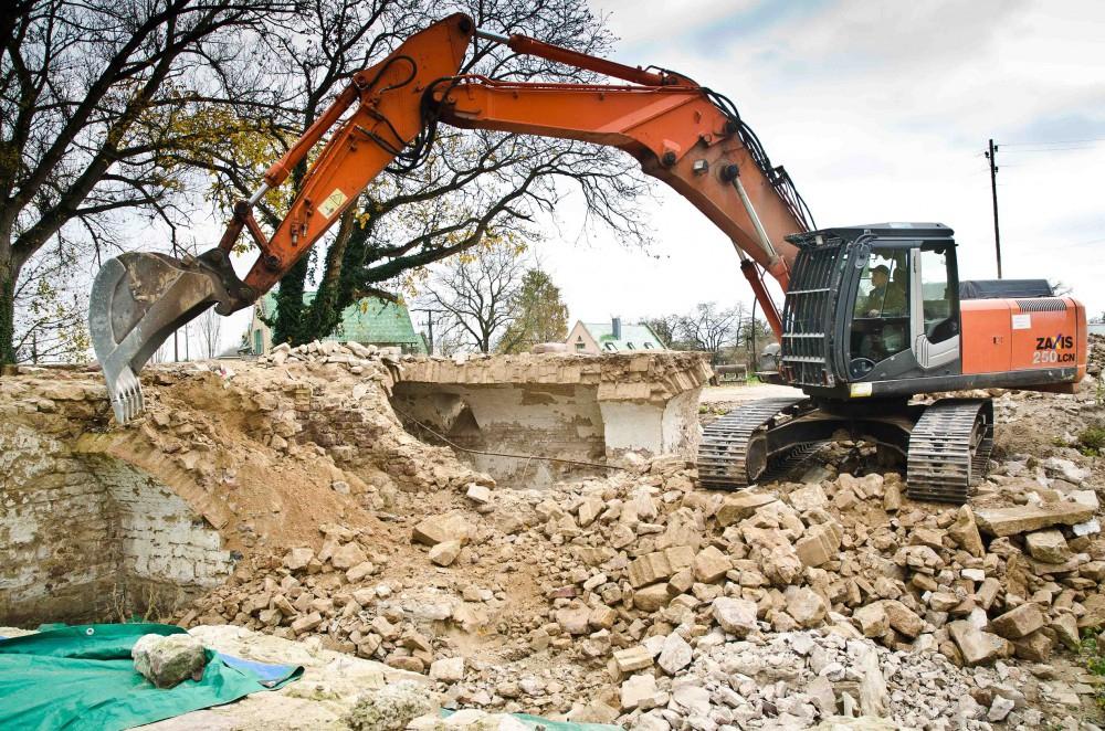 Die archäologisch wenig interessanten Mauerfragmente werden abgebrochen
